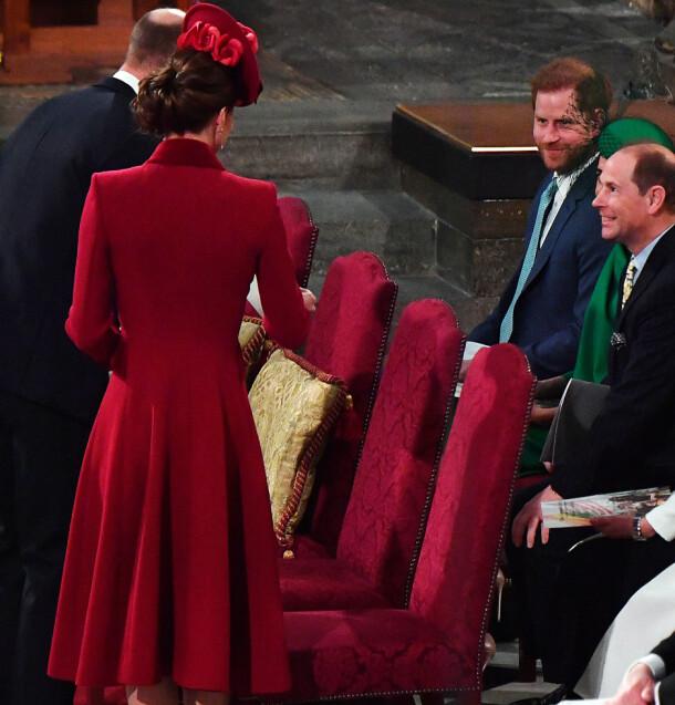 SMILTE: Her kan man se både prins Harry og prins Edward rette vennlige smil mot prins William og hertuginne Kate når de to sistnevnte skal innta plassene sine. Foto: NTB scanpix