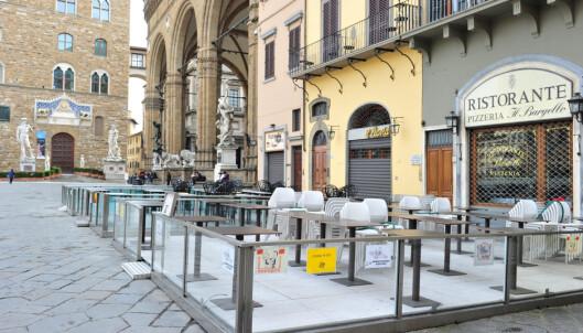 På Piazza della Signoria i Firenze var restaurantene stengt tirsdag. Foto: Jennifer Lorenzini/La Presse via AP / NTB scanpix