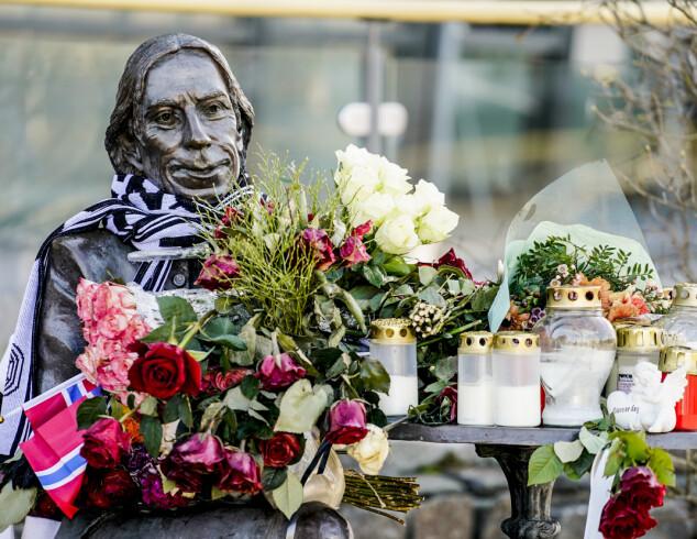MINNE: Det er mange som ønsker å minnes Jahn Teigen. Her ser man statuetten i sentrum av Tønsberg.
