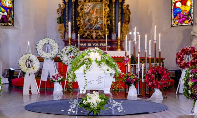KISTEN: Jahn Teigens kiste dekorert med blomster og lys. Foto: Stian Lysberg Solum / NTB scanpix
