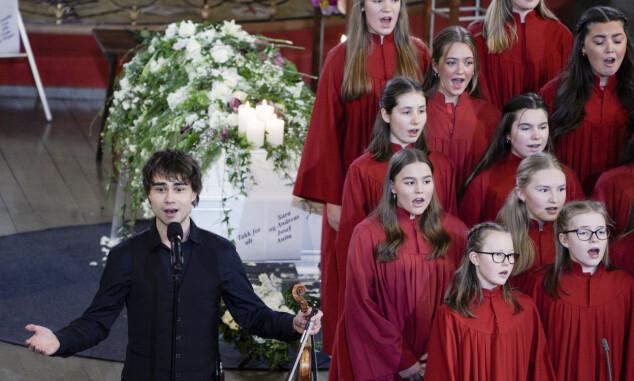 BIDRO: Alexander Rybak spiller og synger «Slå ring» med et jentekor under bisettelsen til Jahn Teigen. Foto: Stian Lysberg Solum / NTB scanpix