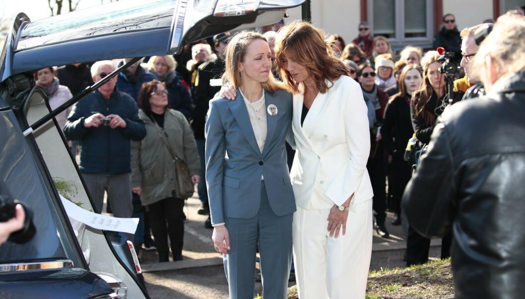 <strong>MOR OG DATTER:</strong> Sara Skorgan Teigen og Anita Skorgan etter bisettelsen. Foto: NTB Scanpix