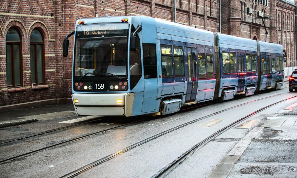 STENGER: Sporveien i Oslo stenger fremste dør på trikkene. De vil minske førernes smitterisiko. Foto: Lise Åserud / NTB scanpix
