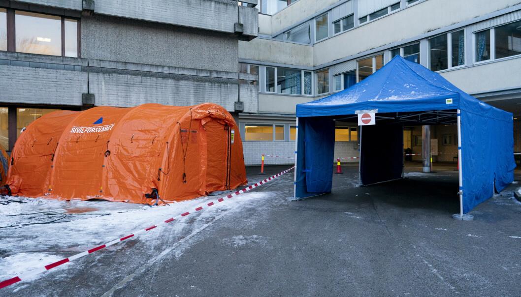 Oslo 20200305.  På Aker sykehus er det satt opp telt hvor man kan kjøre inn med bil for å bli testet for Covid-19-virus. Foto: Fredrik Hagen / NTB scanpix