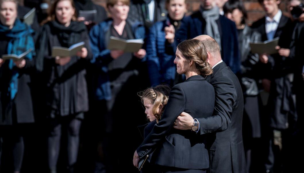 BLE BISATT: Anne og Anders Holch Povlsen sammen med datteren Astrid. Her avbildet utenfor domkirken i Aarhus etter bisettelsen. Foto: NTB Scanpix