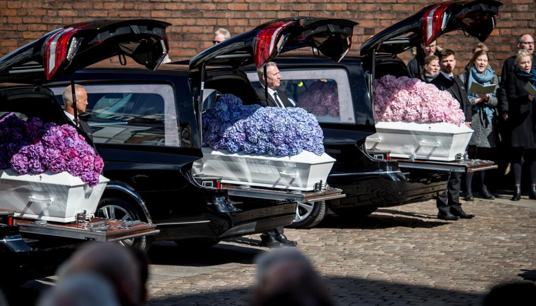 BLOMSTER: Kistene var dekorert med fargerike blomsterbuketter under bisettelsen. Foto: NTB Scanpix