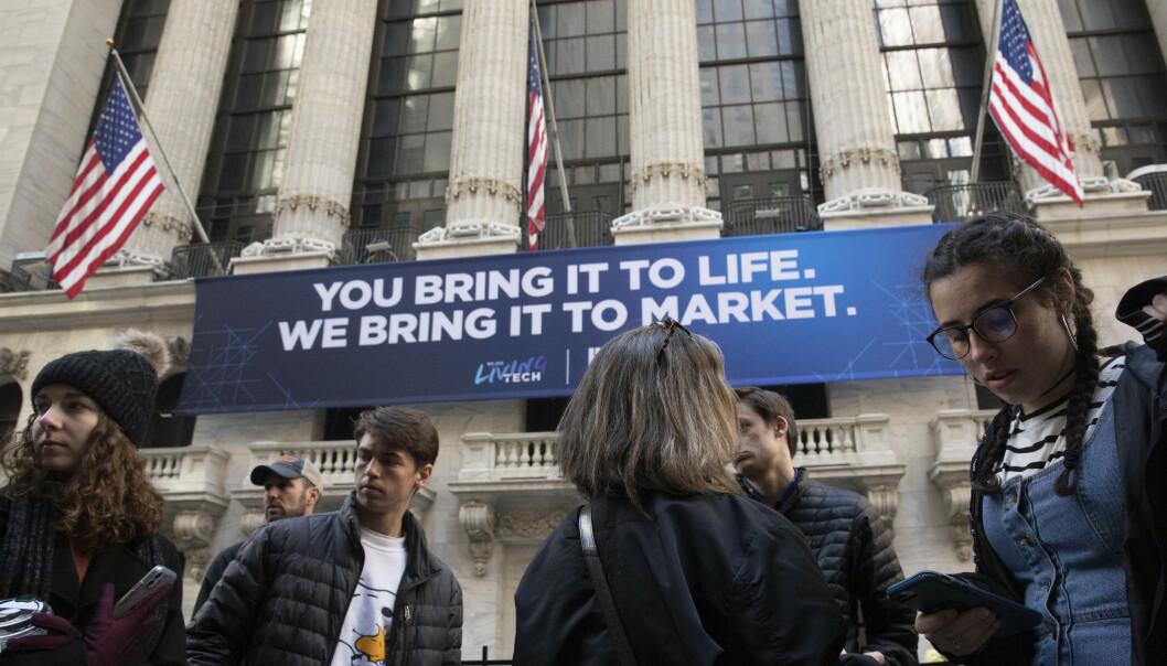 <strong>NYTT BØRSFALL:</strong> Folk samlet utenfor New York-børsen mandag. Foto: Mark Lennihan / AP / NTB scanpix