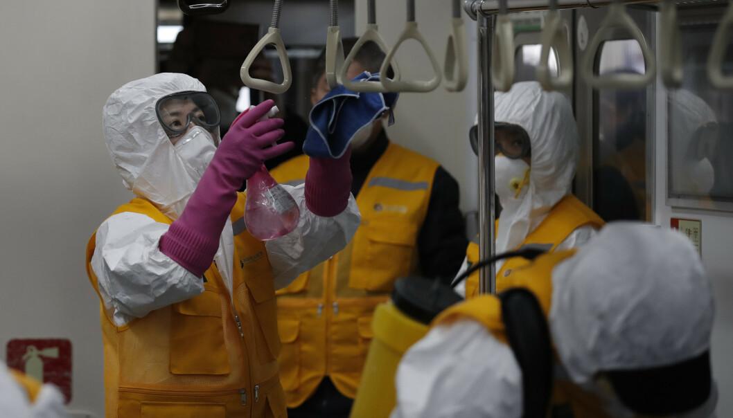 Arbeidere i verneutstyr på T-banen i Seoul i Sør-Korea onsdag. Illustrasjonsfoto: Lee Jin-man / AP / NTB scanpix