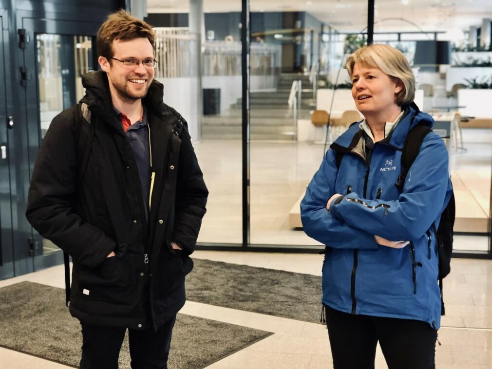 Førsteamanuensis Geir Kjetil Sandve og lektor Siri Annethe Moe Jensen foreleser ved IN1000 på Institutt for Informatikk (IFI) på Universitetet i Oslo (UiO). Til kode24-timen forteller de hvordan studentenes første møte med kode fortoner seg. 📸: Ole Petter Baugerød Stokke