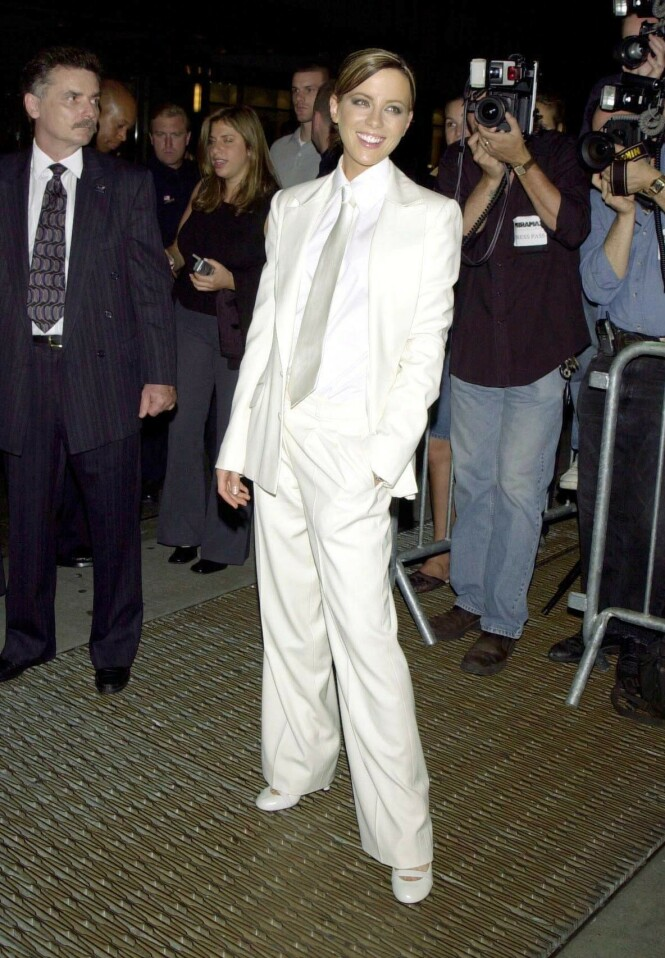 PÅ PREMIERE: Harvey Weinstein skal ikke ha vært fornøyd med Kate Beckinsales antrekk under premieren på filmen «Serendipity» i 2001. Foto: NTB Scanpix