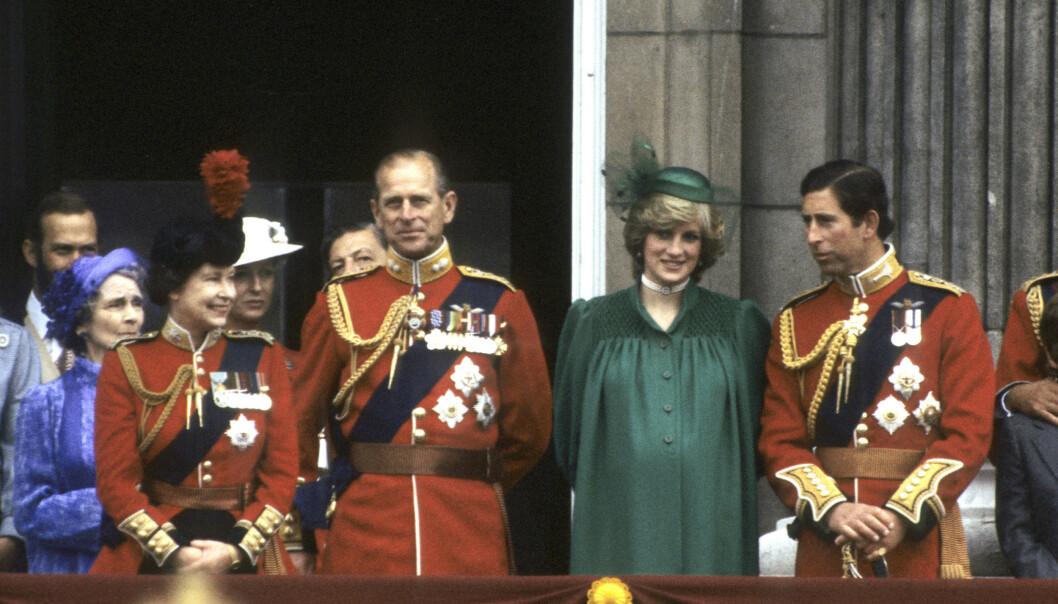 """<p><span style=""""font-size: 14px; letter-spacing: normal;"""">I GRØNT: Prinsesse Diana bar et grønt antrekk på balkongen på Buckingham Palace under Trooping the Colour i juni 1982 - og spekulerer i om at Meghans grønne antrekk på det siste offisielle oppdraget i Storbritannia, var en hyllest til avdøde Diana. FOTO: NTB scanpix</span></p>"""