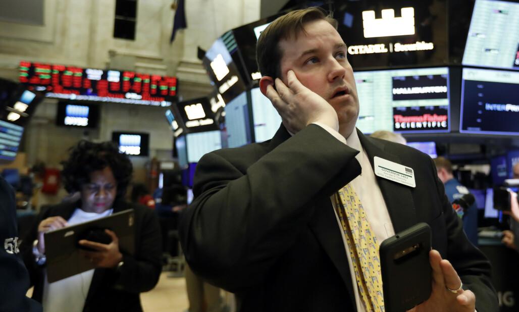 <strong>BØRSKRAKK:</strong> En ansatt ved New York Stock Exchange, Brian Connolly, idet aksjehandelen ble stanset som følge av det kraftige fallet da børsen åpnet torsdag. Foto: Richard Drew / AP / NTB scanpix