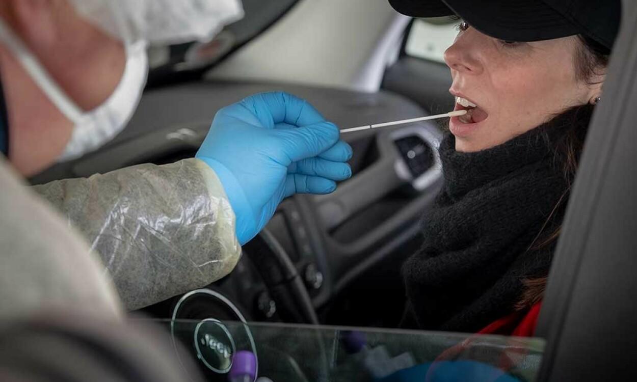 CORONA TEST: Mange steder gjennomføre testing fra pasienter i biler, for å unngå smitte. To vattpinner brukes i svelg og nese for test. Foto: NTB Scanpix/Shutterstock