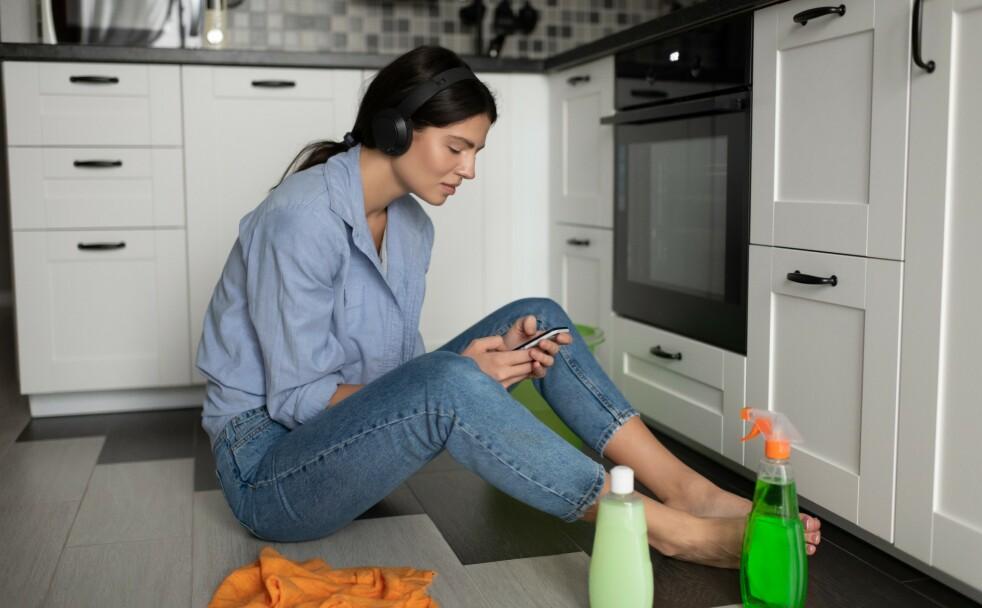 PODKAST 2020: Huskvask og opprydning er i utgangspunktet ikke megagøy, men med en god podkast på øret kan det gå som en lek! FOTO: NTB scanpix