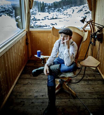 FÅR RO: Erik Alfred sitter heller i godstolen og nyter utsikten, framfor å se seg selv på tv. Foto: Nina Hansen / Dagbladet
