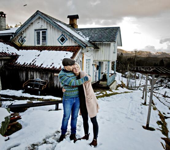 SØRLANDSIDYLL: Erik Alfred omfavner kona Ellen Marie utenfor drømmehjemmet de har etablert sammen. Foto: Nina Hansen / Dagbladet