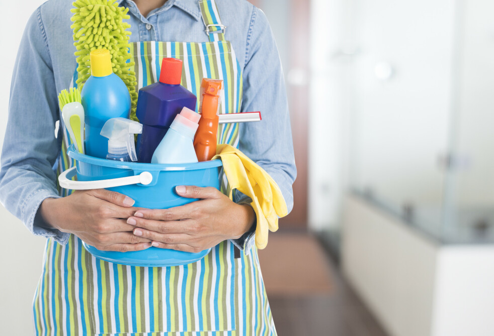 <strong>FÆRRE VASKEMIDLER:</strong> Vi trenger ikke bruke vaskemidler til alt vi skal vaske. En tørr eller fuktig mikrofiberklut fjerner 99,9 prosent av mikroorganismene, ifølge eksperten. Foto: Shutterstock