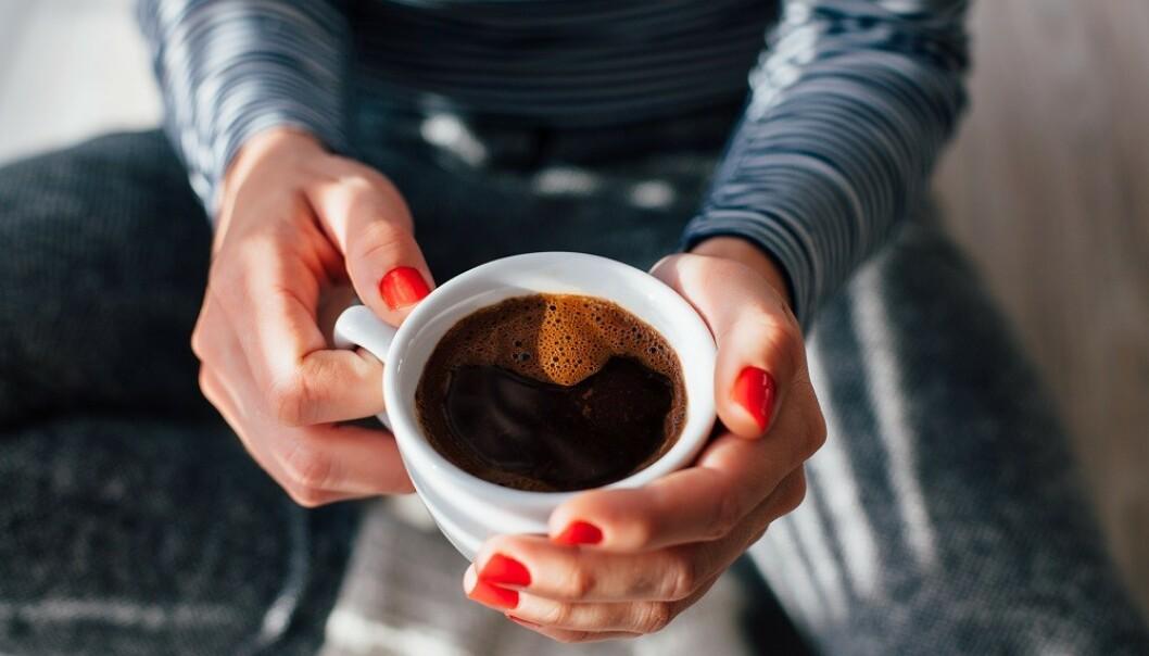 SKJERPER SANSENE: Mange drikker kaffe for å holde fokuset og energien oppe i hverdagen. FOTO: NTB Scanpix