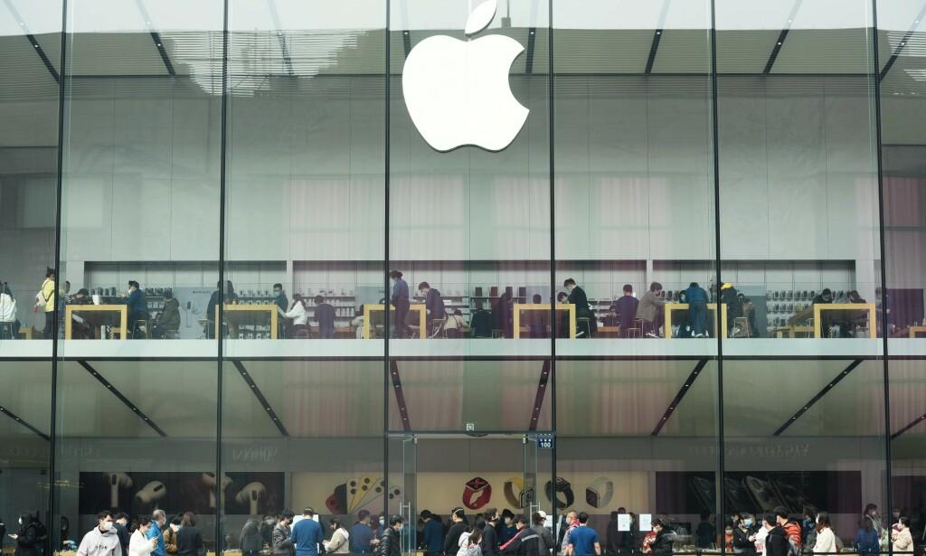 STENGER BUTIKKER: Apple stenger ned alle butikker utenfor Kina. Her fra Apple Store i Hangzhou, øst i Kina. Foto: Splash News / NTB Scanpix