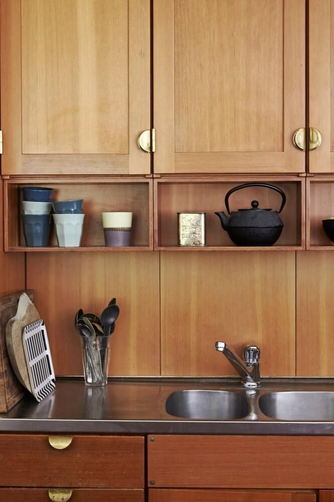 Kjøkkenet er originalt og fra 80-tallet, og det viste seg å være et Børge Mogensen-kjøkken. Den svarte støpejernstekannen er fra Bredemeijer, plastkoppene er fra Netto og fatet fra Artek. FOTO: Ditte Capion