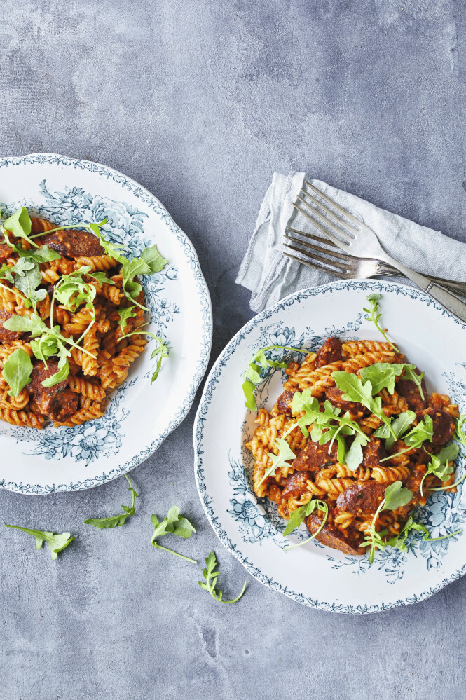 Pasta og chorizo er alltid en god match. Blandet med romescosaus blir det en lekker middagsrett. Tips! Du bruker bare halvparten av romescosausen til denne oppskriften. Gjem resten til tirsdag. FOTO: Winnie Methmann