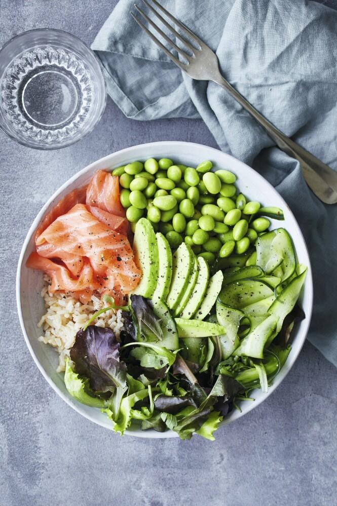 Det er både ris, fisk og grønnsaker i denne sunne salatbollen. Tips! Du kan lage salatbollen mer sushiaktig ved å helle på soyasaus, som er rørt ut med litt wasabi. FOTO: Winnie Methmann
