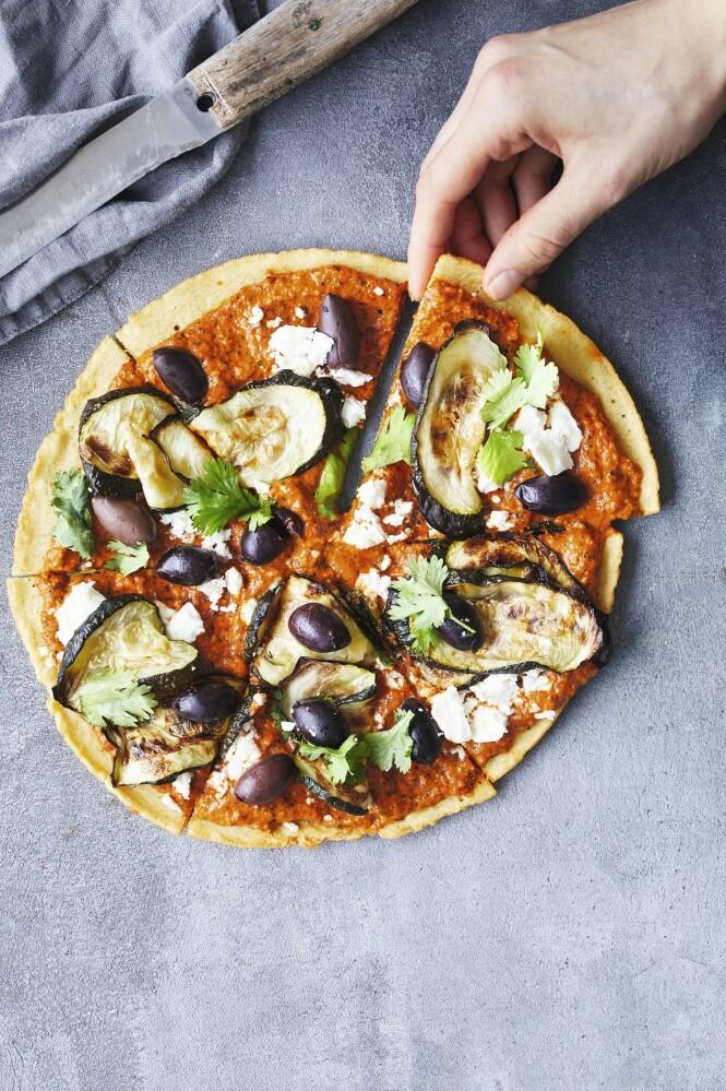 Pizzabunnen er laget av kikertmel og er dermed glutenfri. Tips! Bruk gjerne restene av romescosausen fra mandag, eller kjøp den ferdiglaget på glass. FOTO: Winnie Methmann