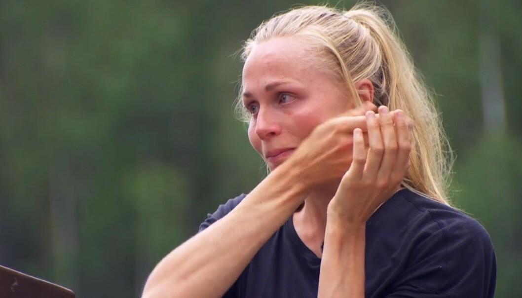 RØK UT: Hege Bøkko taper mot Mia Gundersen i søndagens «Farmen kjendis»-episode, og må derfor inn på «Torpet». Foto: Skjermdump/TV 2