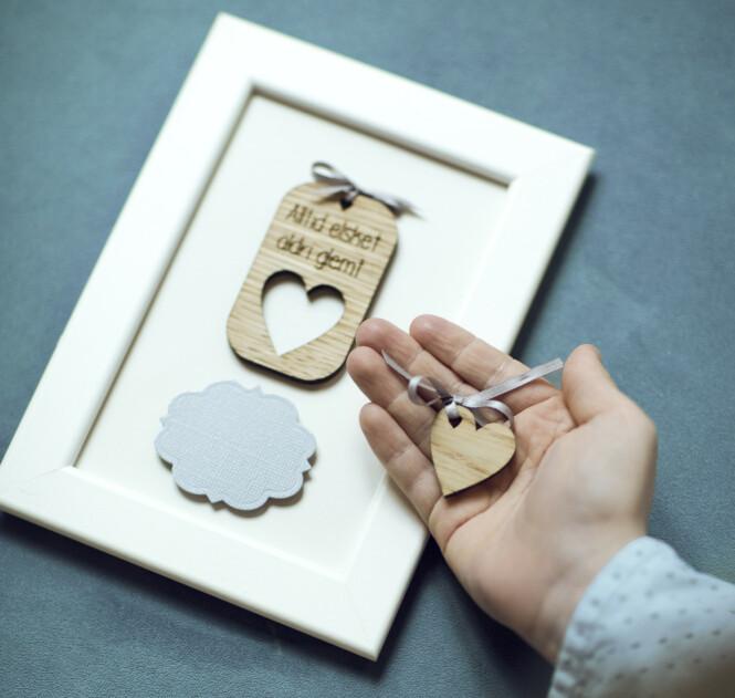 MINNEHJERTE: Jannike Mittet skapte det lille hjertet til foreldre som har mistet et barn. Hjertet kan legges i barnets hånd, mens rammen blir igjen for foreldrene. FOTO: Astrid Waller/KK