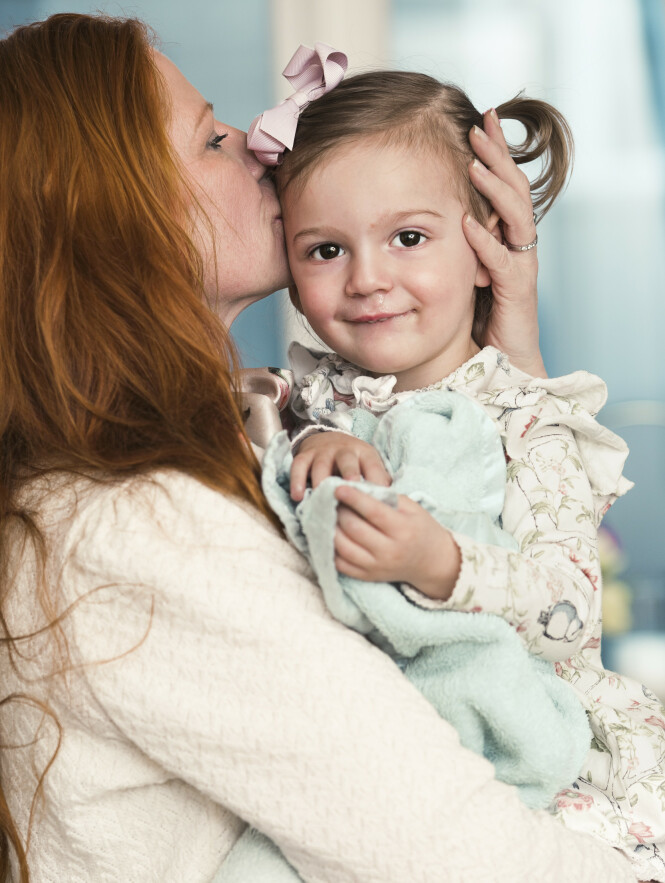 MAMMAS ARM: Minken er i dag 2 år, og Jannike er takknemlig over at hun fikk oppleve å bli mor enda en gang FOTO: Astrid Waller/KK
