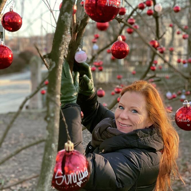HEDRER: Jannike Mittet under seremonien der hun henger opp julekuler med navn på de som ikke er mer. Hun innrømmer at alle opplevelsene rundt alle senabortene har tært på. – Jeg er skikkelig dårlig på å be om hjelp. Det har hjulpet meg veldig at venner og mannen min har plukket meg opp og tar vare på meg. FOTO: Anne Holter-Hovind