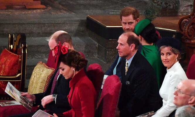 <strong>SATT SAMMEN:</strong> De to hertugparene var plassert like ved hverandre i kirken, men så ut til å ha svært begrenset samhandling. Foto: NTB scanpix