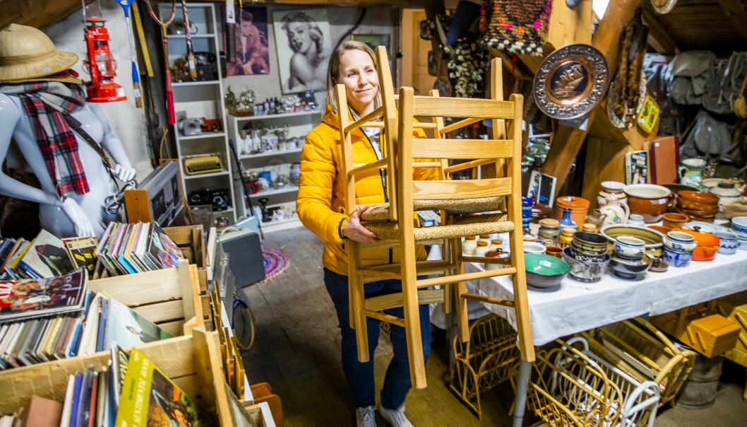 SPENNENDE LOFT: Christina Cappelen, alias Loppisrotta, bærer inn nye funn på loftslageret. Foto: Håkon Mosvold Larsen/NTB Scanpix