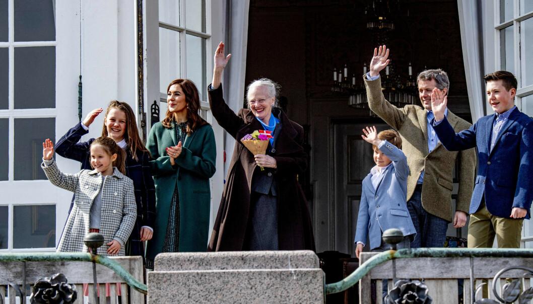 <strong>FRAVÆRENDE:</strong> Dronning Margrethe på sin 79-årsdag sammen med kronprinsesse Mary, kronprins Frederik, prinsesse Isabella og tvillingene prinsesse Josephine og prins Vincent. Prins Joachim og familien var derimot fraværende. Foto: NTB scanpix