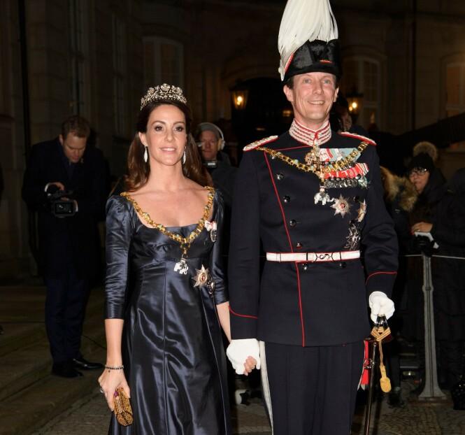 <strong>BLIR IGJEN:</strong> Prins Joachim og kona Marie blir igjen i Frankrike, tross anbefalinger om å reise hjem til Danmark. Her avbildet under nyttårsfeiringen ved Amalienborg slott i København. Foto: NTB scanpix