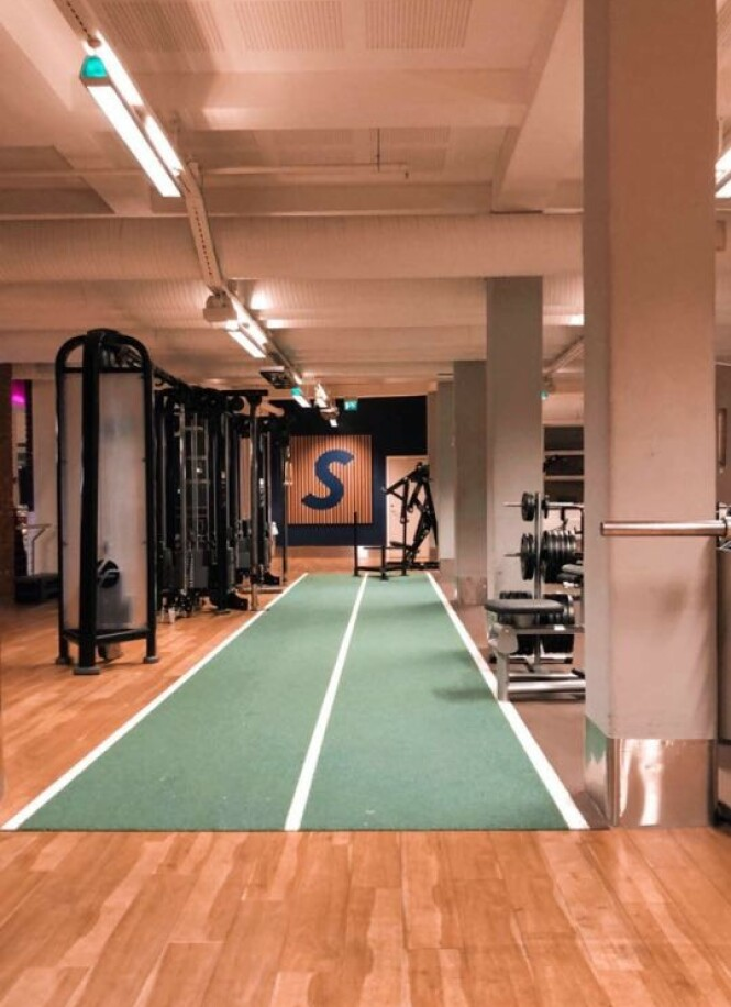 MORGENTRENING: På treningssenteret onsdag morgen. Det er lite folk og god plass mellom apparatene! FOTO: Privat