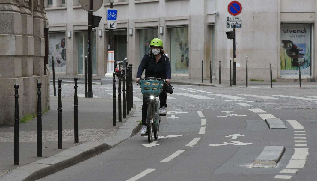 Europeiske byer og tettsteder blir stadig mer folketomme, som her i ellers travle Paris. Myndighetene ber alle som kan, om å holde seg hjemme, i håp om å bremse spredningen av koronaviruset. Foto: AP / NTB scanpix