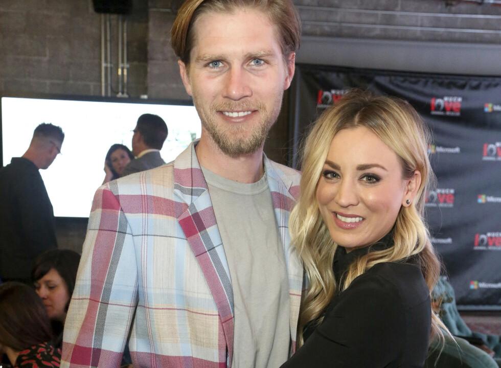 GIFT: Kaley Cuoco og ektemannen Karl Cook har vært gift i to år - først nå flytter de sammen. Foto: NTB scanpix