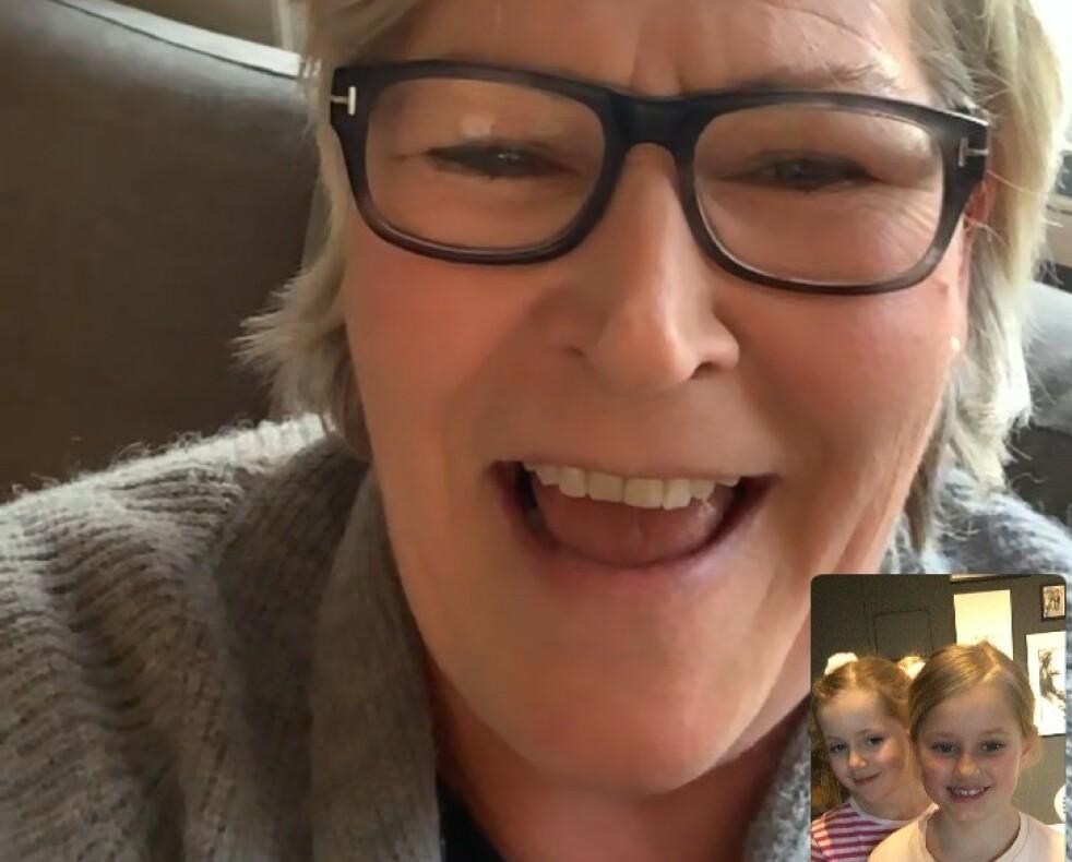 Anne-Lise Økland skulle så gjerne ha gitt barnebarna Mie og Noelia en klem, men hun godtar at det beste for alle nå er å møtes der de kan - ved hjelp av skjerm. Foto: Privat