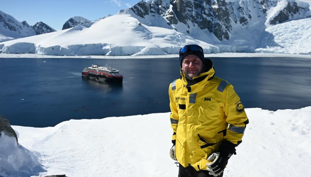 <strong>FULL STOPP:</strong> Konsernsjef i Hurtigruten, Daniel Skjeldam, måtte i dag permittere 2600 av salskapets ansatte. Samtidig stanses selskapets ekspedisjonscruisevirksomhet midlertidig. Her er Skjeldam avbildet på et slikt ekspedisjonscruise til Antarktis snaue to måneder før coronaviruset ble oppdaget. Foto: Johan Ordoonez / AFP / NTB Scanpix
