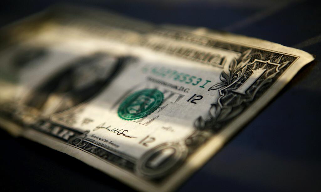 SVINDYR: En dollar kostet torsdag morgen 11,90. Det er over en hel kroner mer enn onsdag morgen. Foto: Mark Blinch / Reuters / NTB scanpix