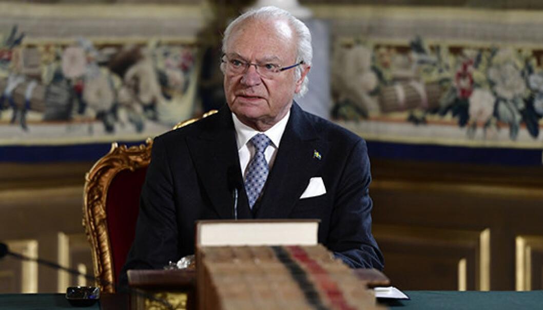 TALTE FRA SLOTTET: Svenske kong Carl Gustaf holdt en tale til folket på slottet i Stockholm, under et møte med den svenske regjeringen i midten av mars. FOTO: Stina Stjernkvist/TT