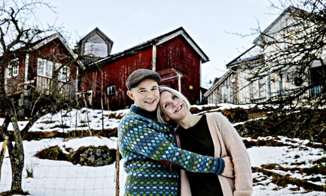 HOLDER SEG HJEMME: Erik Alfred Tesaker og kona Ellen Marie har holdt seg selv og barna i selvpålagt karantene hjemme på gården sin på Gyland, etter at de begge ble syke. Foto: Nina Hansen / Dagbladet
