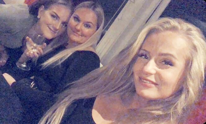 TIMER FØR: Johanne (t.h.) delte dette bildet av seg og gode venner rett før de dro på bytur i Brønnøysund. Bare noen timer senere fikk hun hjerneslag. Foto: Privat