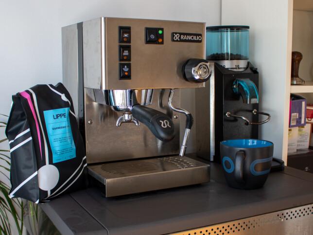 - Hos meg har jeg en Rancilio Silvia hjemme-espressomaskin som jeg kjøpte for et par år siden. Den har reddet meg gjennom kjipe sykdomsperioder før. Og nå når jeg er hjemme og prøve å unngå å bli syk, nyter jeg iallefall én ekstra kaffe latte hver dag! forteller Benedicte Emilie Brækken i Kron. 📸: Privat