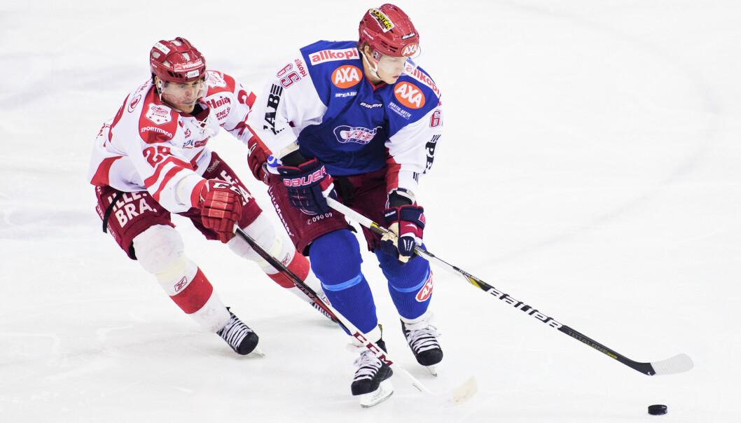 <strong>PÅ ISEN:</strong> Erik Follestad (t.h.) i aksjon under den tredje NM-kvartfinalen i ishockey mellom Vålerenga Ishockey og Stjernen Hockey i Jordal Amfi i Oslo i 2013. Foto: NTB scanpix