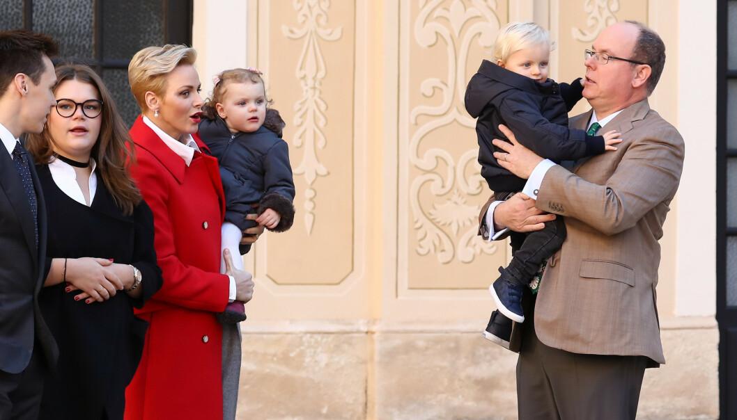 <strong>FAMILIE:</strong> Det er ikke kjent om det kun er prinsen som er smittet. Her er Albert avbildet med kona og barna i 2016. Foto: NTB Scanpix
