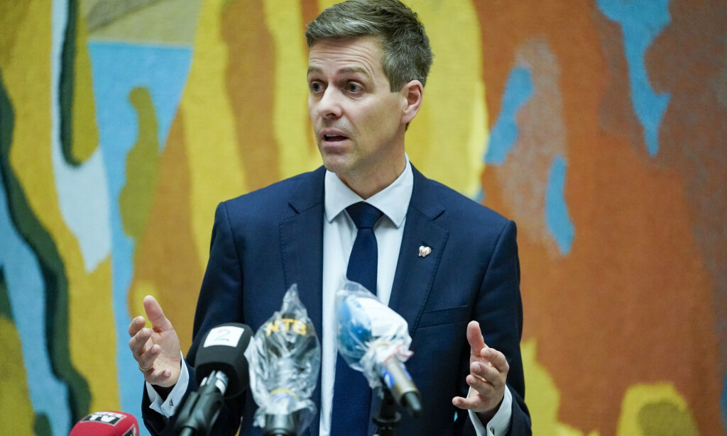 KRISEPAKKE: Samferdselsminister Knut Arild Hareide presenterte torsdag kveld en krisepakke for luftfarten. Foto: Fredrik Hagen / NTB scanpix