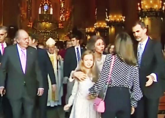 SJOKKERTE SPANIA: Da dronning Letizia resolutt dyttet vekk svigermoren etter påskegudstjenesten i 2018, skapte det voldsomme reaksjoner. Foto: NTB Scanpix