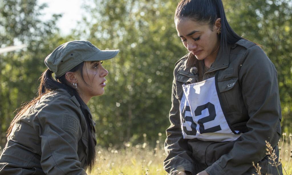 PSYKOLOG: Mashadi får her trøst av tvillingsøstera etter exiten. I ettertid måtte hun få hjelp av psykolog for å prosessere nederlaget. Foto: Matti Bernitz / TV 2
